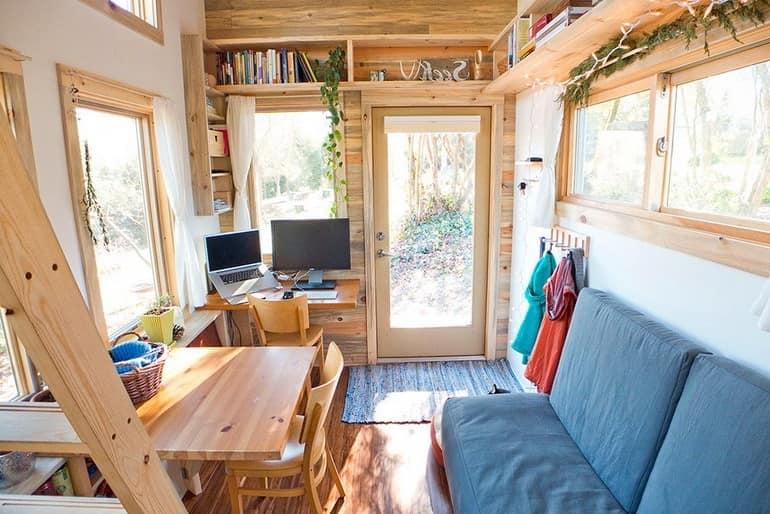 Компактный дом на колесах с гостиной, обеденной зоной и не только