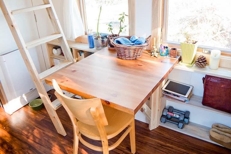 Обеденная зона в домике на колесах со складным столиком