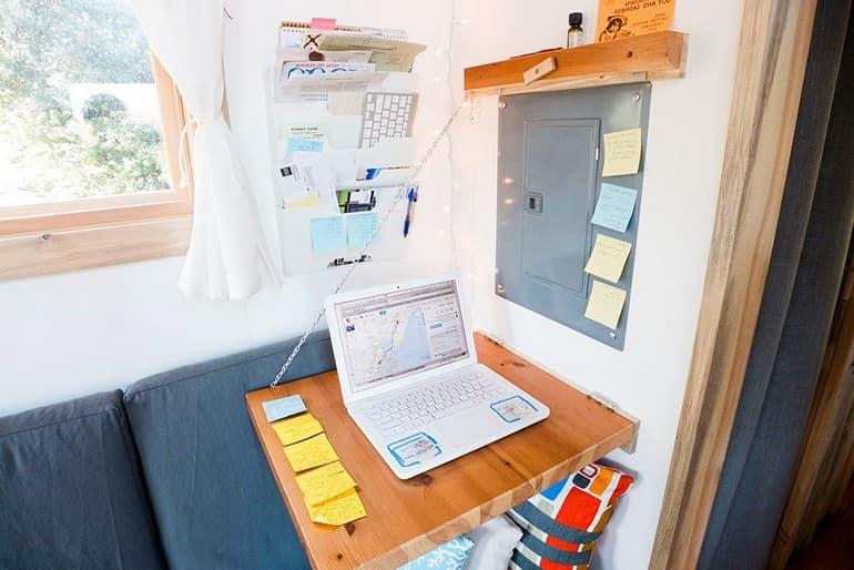 Рабочее место с таким же складным столом, как в обеденной зоне