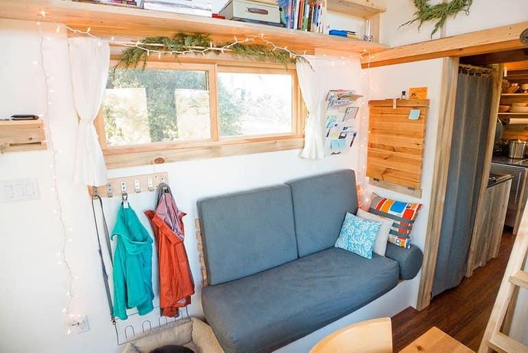 Маленький диван для отдыха и вешалка для одежды