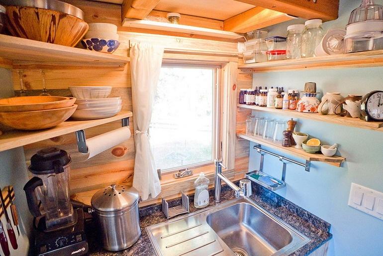 Компактная, но вместительная кухня в домике на колесах для путешествий