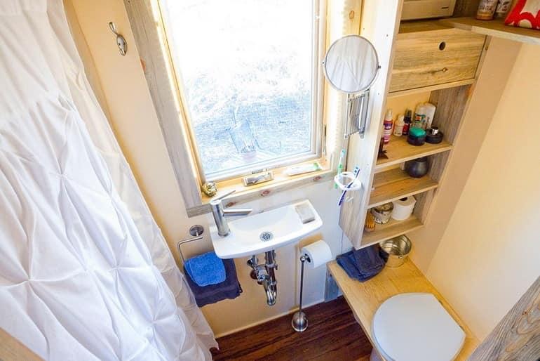 Небольшая ванная комната в доме на колесах
