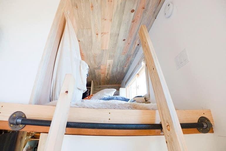 Поднимемся в спальню. Потолок тут низкий для экономии места
