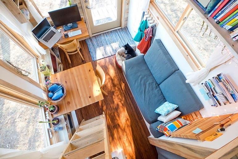 Фото из спальни: как видите, в этом доме на колесах есть все, что нужно для жизни