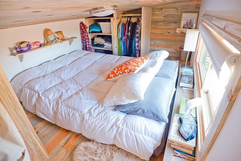 Сама спальня с большим матрасом вместо кровати и шкафчиком для хранения одежды