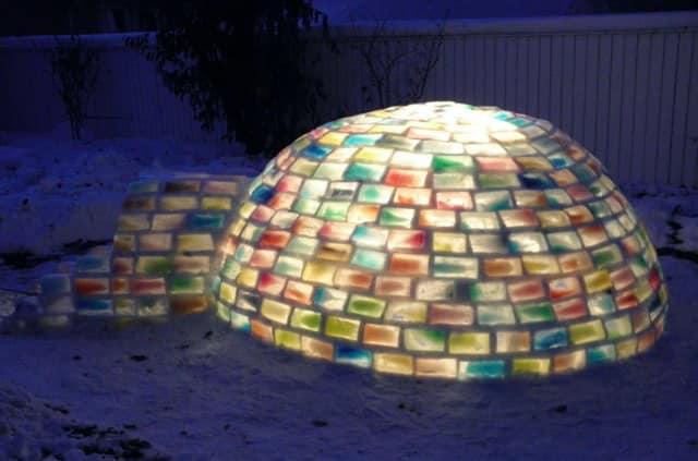 Юрта из самодельных ледяных кирпичей с подсветкой