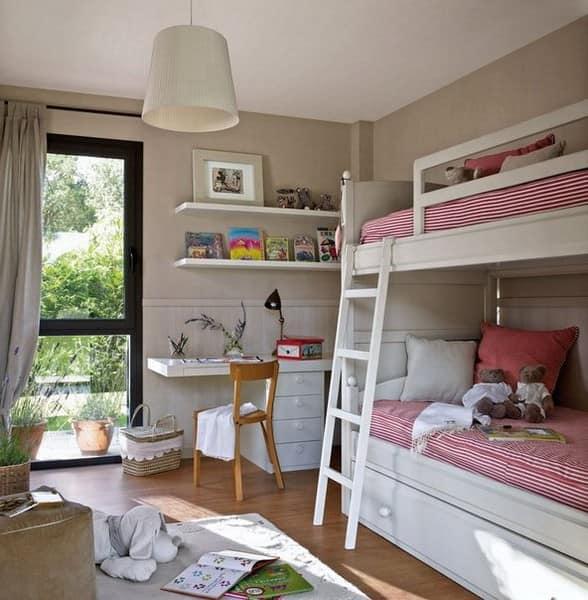 Двухярусная кровать в детской для двух девочек