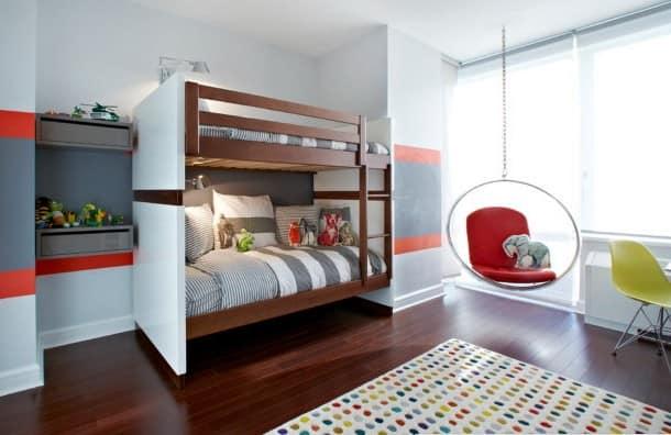 Двухярусная кровать в детской для двух мальчиков