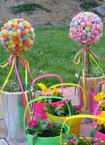 Дачный декор к весне с шариками и цветными лентами