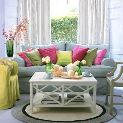 Яркие подушки в весеннем декоре квартиры