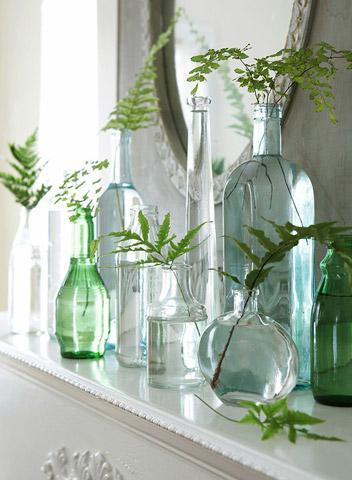 Зелень в прозрачных колбочках в декоре на фото
