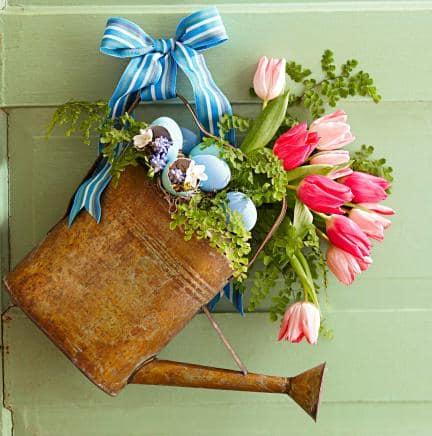 Весенний декор дачи: лейка с цветами