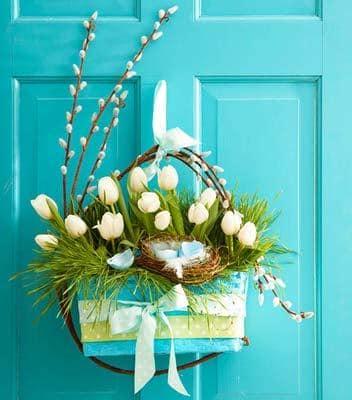 Декор двери на дачи цветами и веточками вербы
