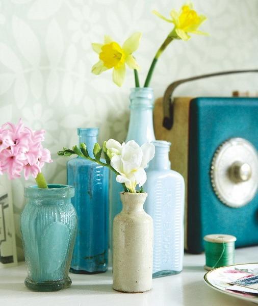Яркие вазочки с живыми цветами