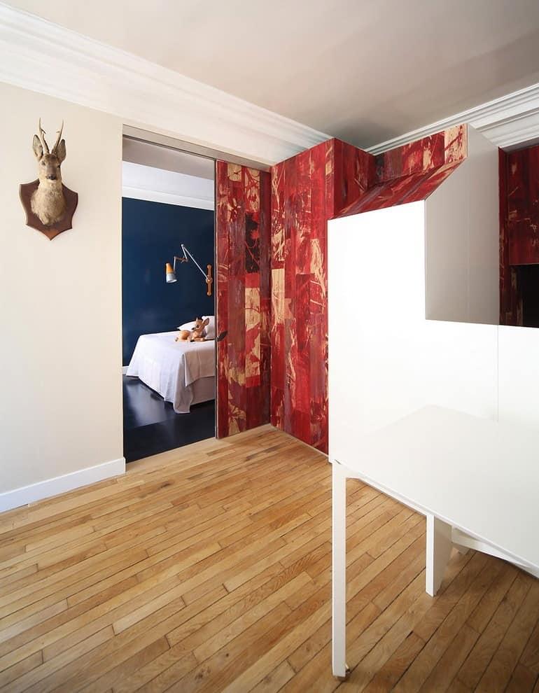 Олень на стене и вход в спальню фото