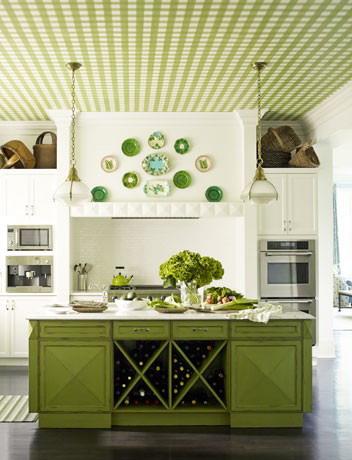 Зеленый на кухне: мебель и оригинальный потолок