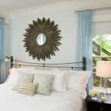 Зеркало-солнце над кроватью