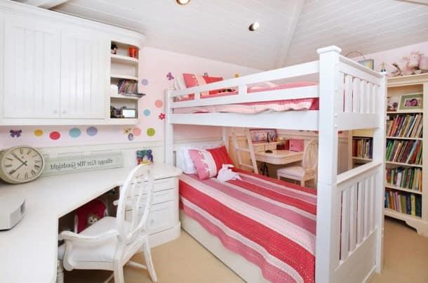 Зонирование с помощью кровати в спальне для двух детей