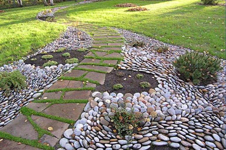 Садовая дорожка из натурального камня и гальки фото