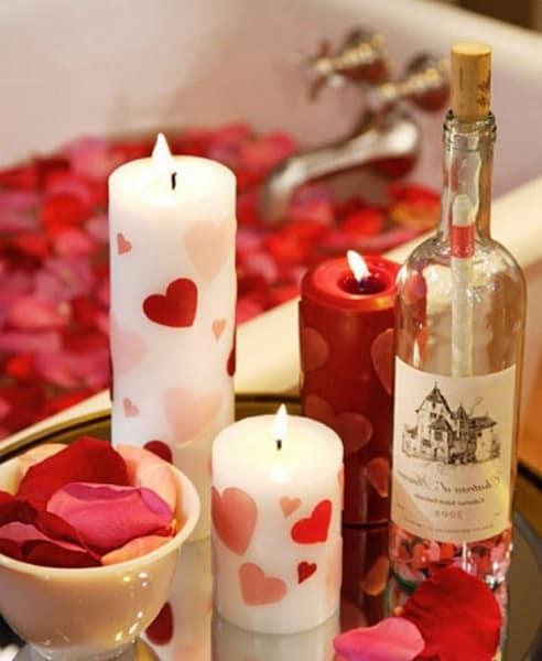 Простой способ украсить ванную на 8 марта - свечи и лепестки роз