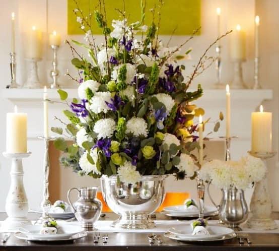 Не забываем украсить стол свечами и цветами на 8 марта