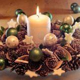 Свечи и сосновые шишки