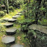 Дорожка из больших камней