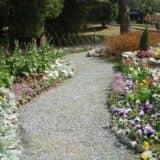 Гравий на дорожке в саду