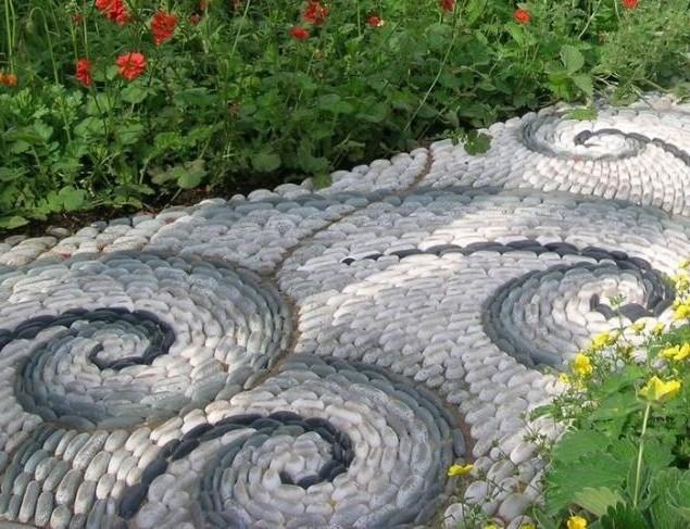 Мозайка из гальки на садовой дорожке фото