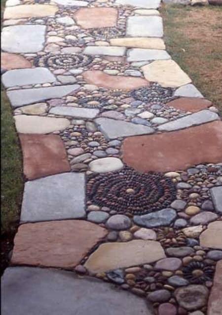 Комбинированная из камня и гальки дорожка в саду фото