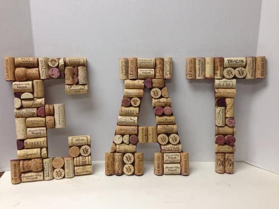 Буквы из винных пробок. Надпись для столовой фото