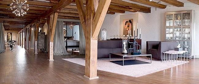 Открытые балки на потолке в стиле лофт с гостиной фото