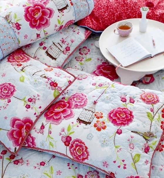 Яркий текстиль с цветочными принтами - самый простой способ изменить интерьер