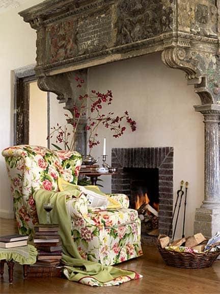 Мебель с цветочными принтами в классическом интерьере