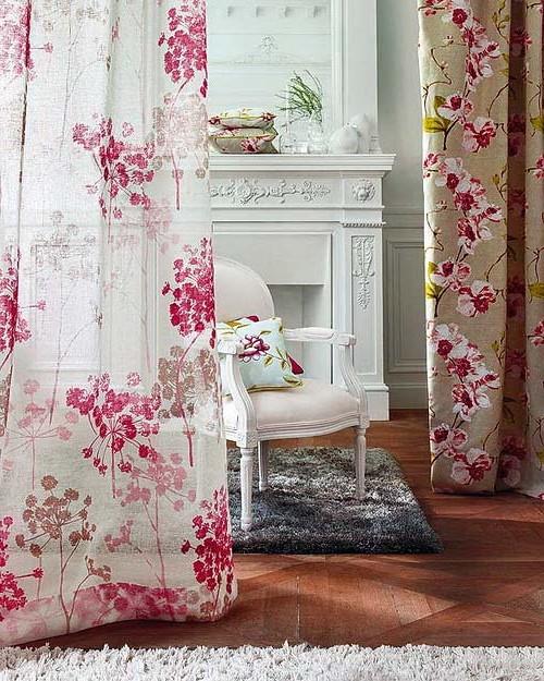 Белый и розовый: как использовать цветочный принт в интерьере