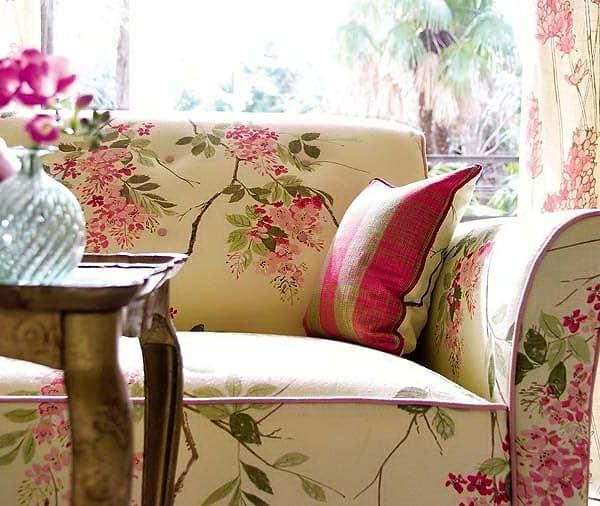 Шикарный диван с цветочным узором