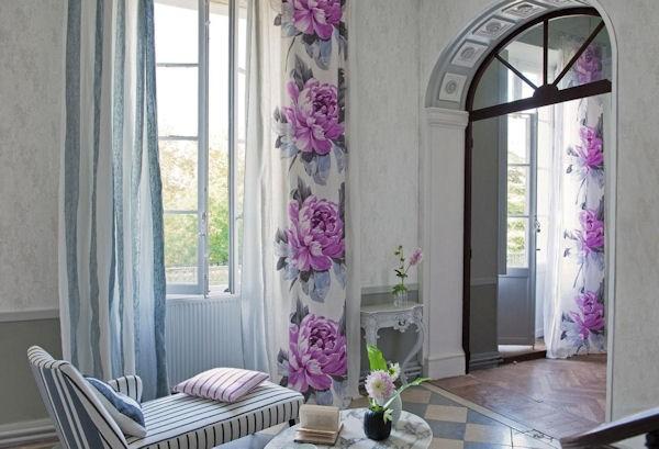 Шторы с фиолетовыми цветами в светлой комнате