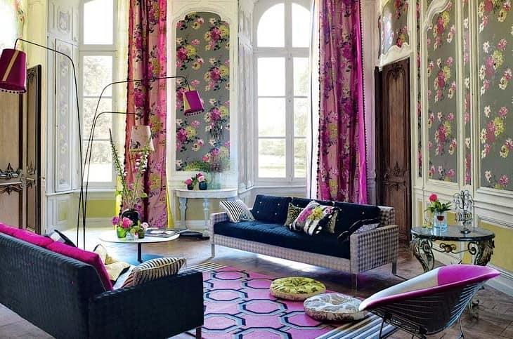 Интерьер гостиной с использованием цветочных принтов в оформлении