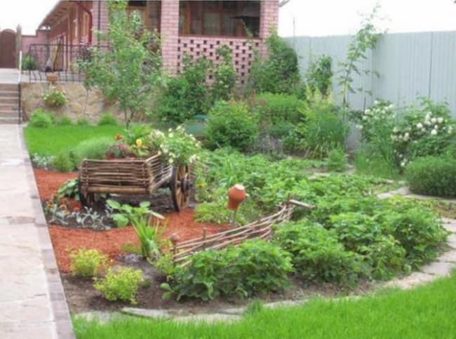 Украшаем декоративный огород старой тачкой