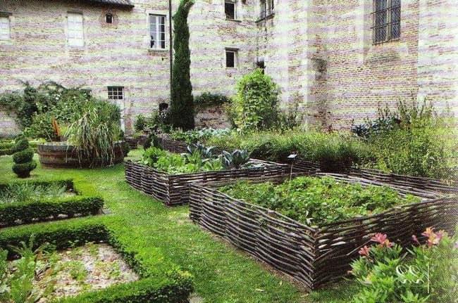 Плетеная оградка для декоративного огорода