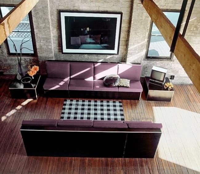 Небрежность гостиной в лофт стиле: кирпичные стены, открытые потолочные балки