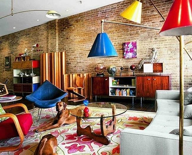 Гостиная в стиле лофт с кирпичной стеной и яркими светильниками