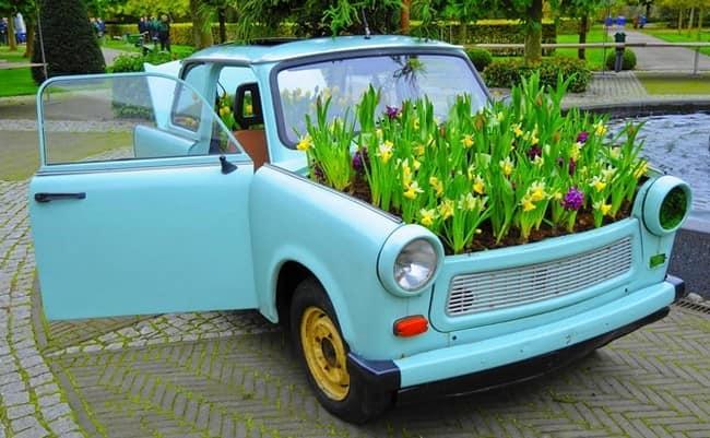 Сажаем цветы под капотом автомобиля: клумба из машины