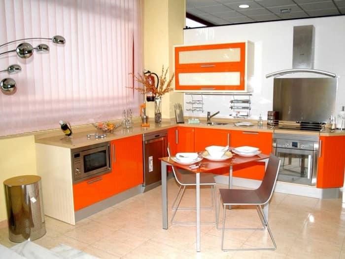 Дизайн бело-оранжевой кухни