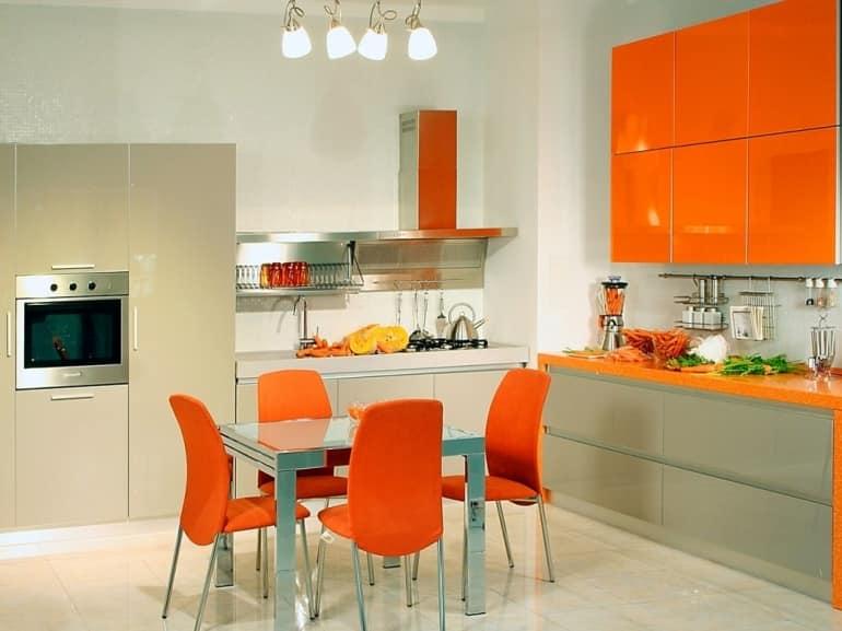 Светлая солнечная кухня с оранжевой мебелью