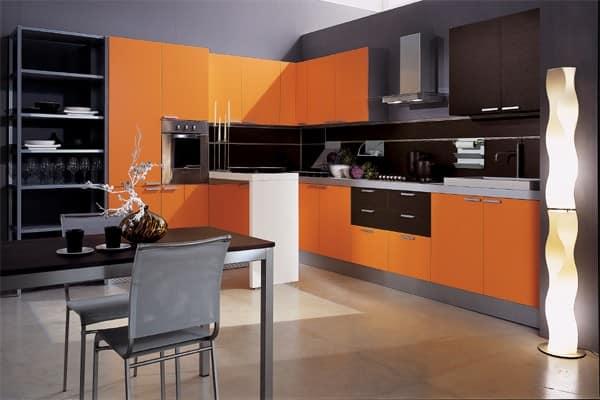 Дизайн черно-оранжевой кухни фото