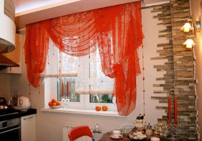 Оранжевая мебель и шторы на кухне фото