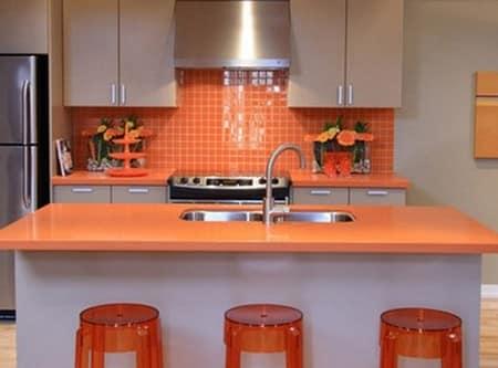 Оранжевая мебель на светлой кухне фото