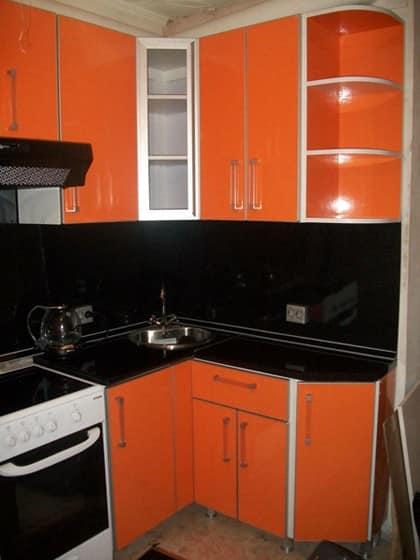 Сочетание черного и оранжевого цвета в дизайне кухни