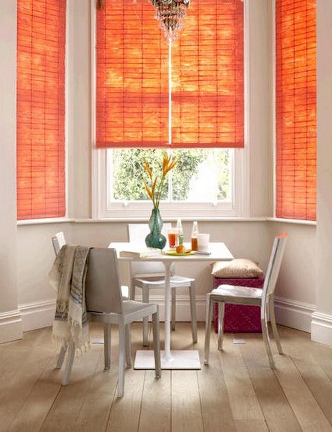 Бамбуковые оранжевые шторы на кухне